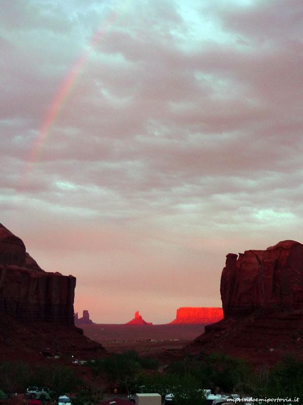 Tramonto con arcobaleno allaMonument Valley