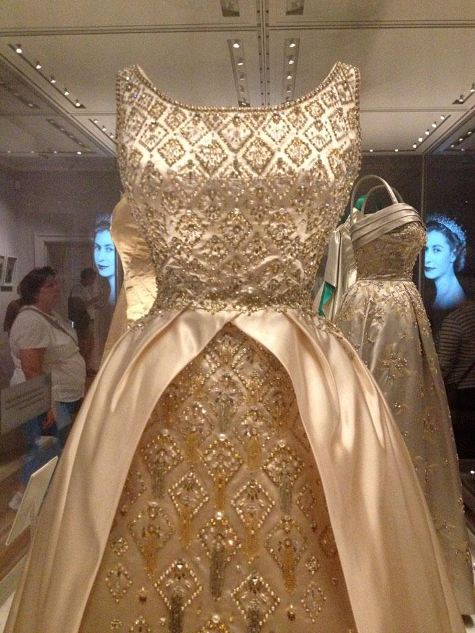 dettaglio-abito-gala-Elisabetta-II