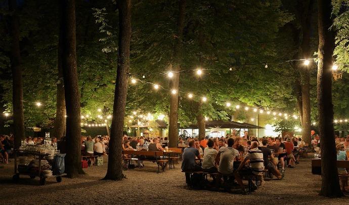Biergarten di sera a Monaco di Baviera