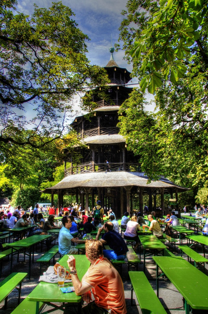 Biergarten nell'Englischer Garten a Monaco di Baviera