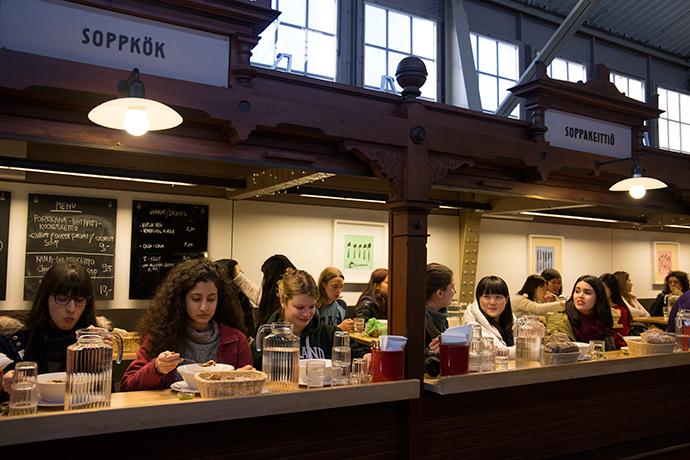 Helsinki in un giorno pranzare al mercato coperto