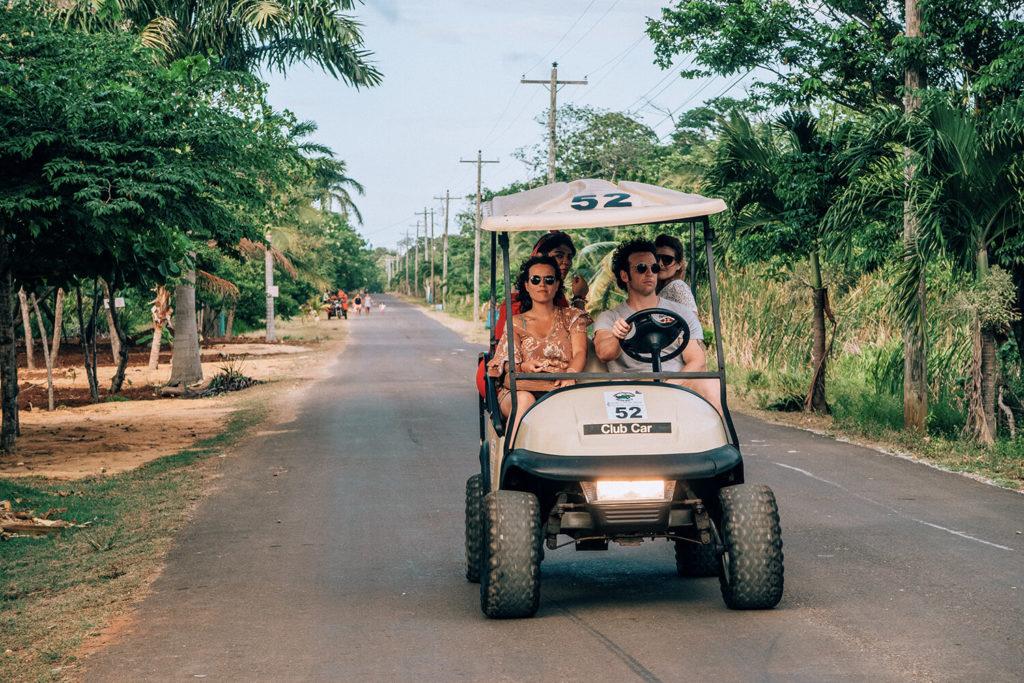 Cosa fare in Centro America: golf car a Utila